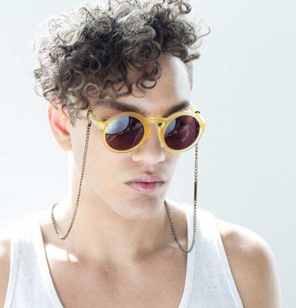 VONERNST Brillenkette Oval Messing Sommer-Accessoire an gelber Brille von einem Jungen getragen
