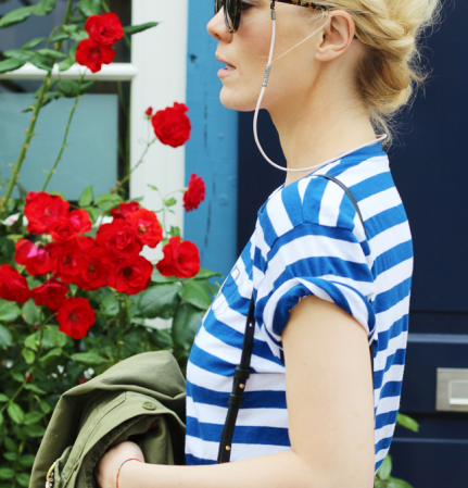 VONERNST Brillenband Leder poudre getragen von der Fashion Bloggerin Kate Gelinsky mit maritimen blau weiß gestreiftem Shirt