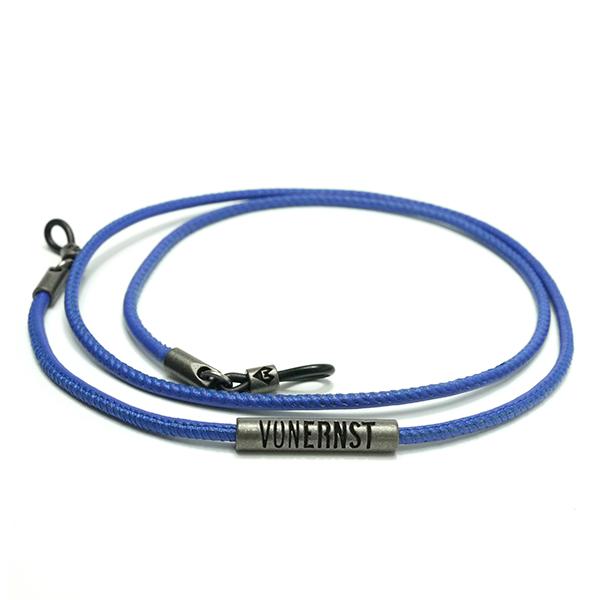 VONERNST Leder Brillenband curacao blau mit typischen VONERNST Brandings am Label und den Gummiösen