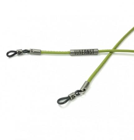 VONERNST Leder Brillenband kaktus grün mit typischen VONERNST Brandings am Label und den Gummiösen Detailaufnahme