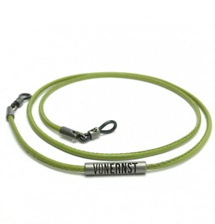 VONERNST Leder Brillenband kaktus grün mit typischen VONERNST Brandings am Label und den Gummiösen