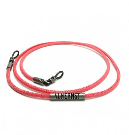 VONERNST Leder Brillenband koralle rot mit typischen VONERNST Brandings am Label und den Gummiösen