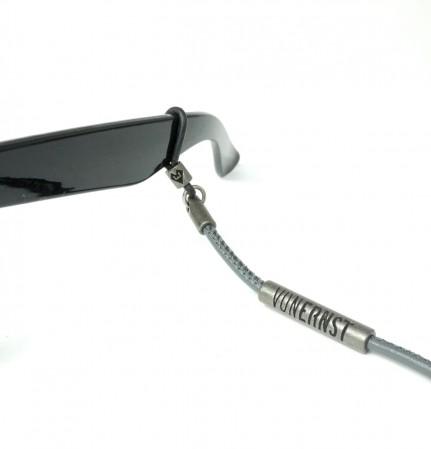 VONERNST Leder Brillenband grau mit Label und Brillenbügel Detailaufnahme