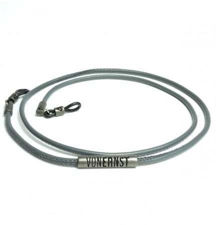 VONERNST Leder Brillenband grau mit typischen VONERNST Brandings am Label und den Gummiösen