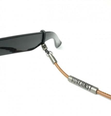 VONERNST Leder Brillenband hellbraun mit Label und Brillenbügel Detailaufnahme