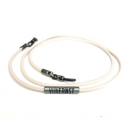 VONERNST Leder Brillenband poudre mit typischen VONERNST Brandings am Label und den Gummiösen