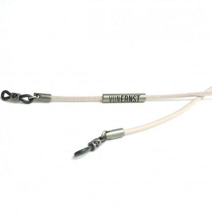 VONERNST Leder Brillenband poudre mit Label Detailaufnahme