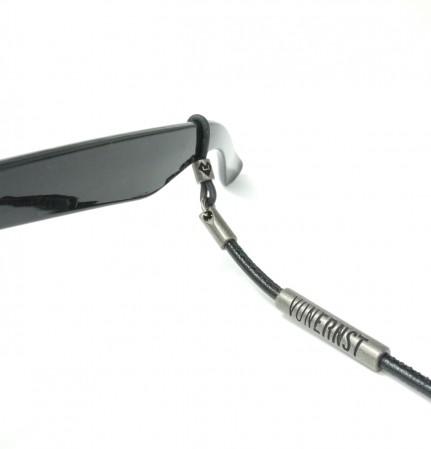 VONERNST Leder Brillenband schwarz mit Label und Brillenbügel Detailaufnahme