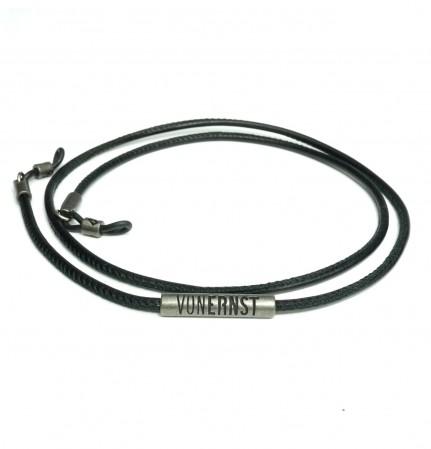 VONERNST Leder Brillenband schwarz mit typischen VONERNST Brandings am Label und den Gummiösen