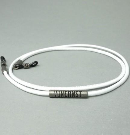 VONERNST Leder Brillenband weiß mit typischen VONERNST Brandings am Label und den Gummiösen